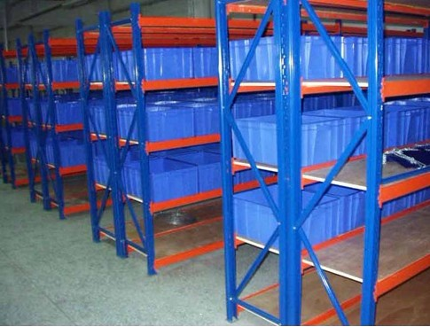 Why do warehouses store goods using shelves and what are the advantages?